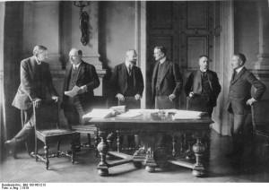 Bundesarchiv_Bild_183-R01213_Versailles_deutsche_Verhandlungdelegation